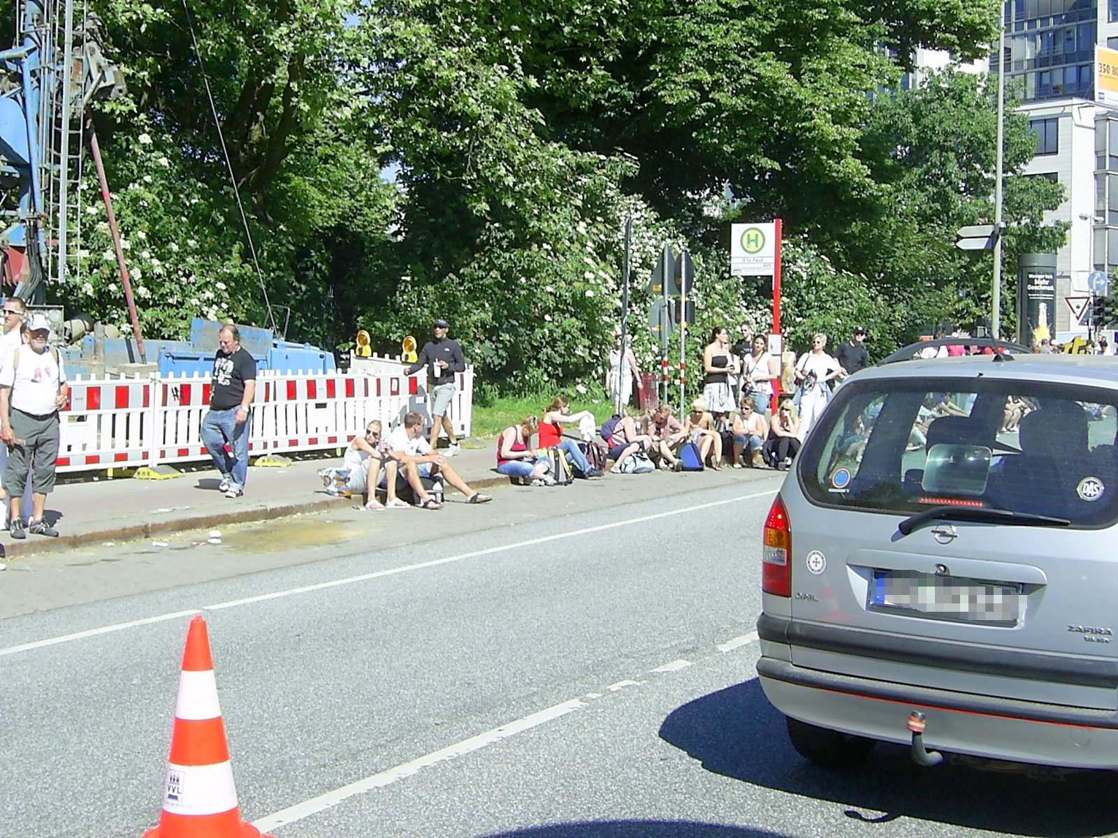 16. hella Halbmarathon 2010: Wie bei der Tour de France - die Zuschauer warten am Ende der Steigung Helgoländer Allee auf die ersten Läufer