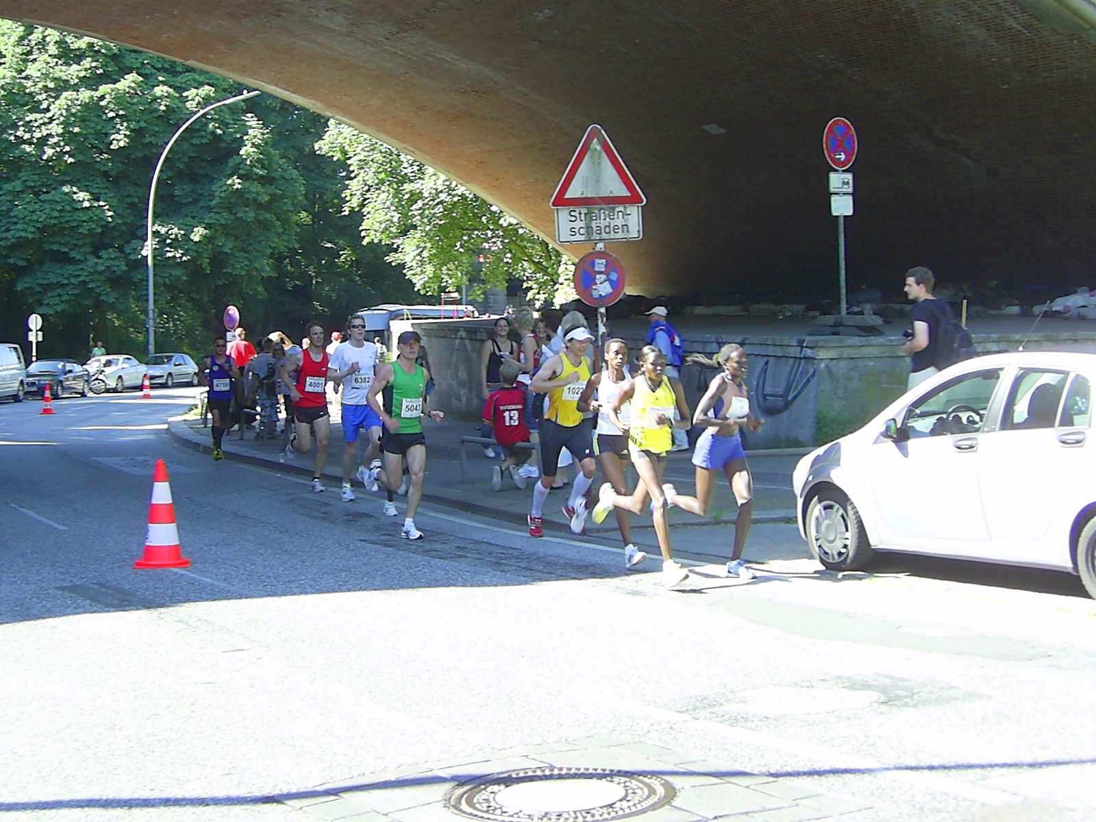 16. hella Halbmarathon 2010: Spitzengruppe der Frauen bei der Helgoländer Allee