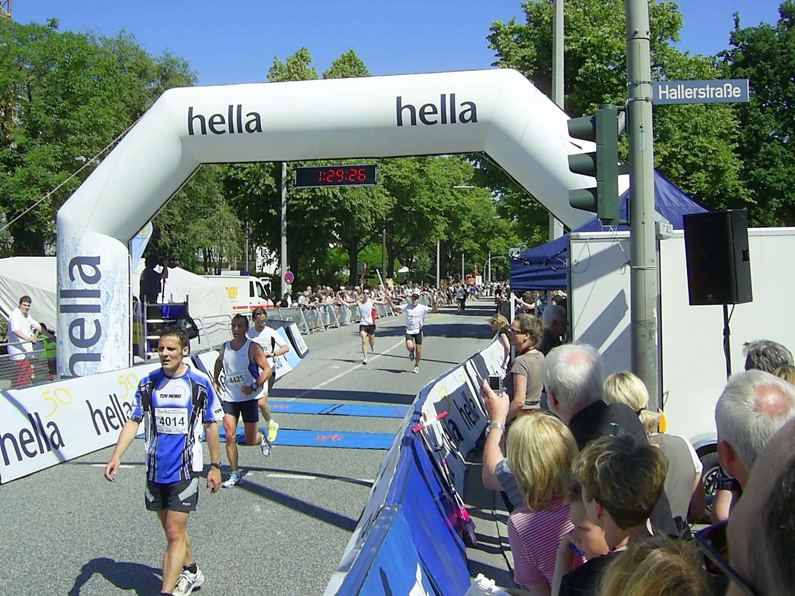 16. hella Halbmarathon 2010: Zieleinlauf DirkBIETKE, 102., Jens GÖBEL, 107., Alan WOO, 108., Rolf DREXHAGE, 109., Thomas KRAUSE-ABLASS, 110.