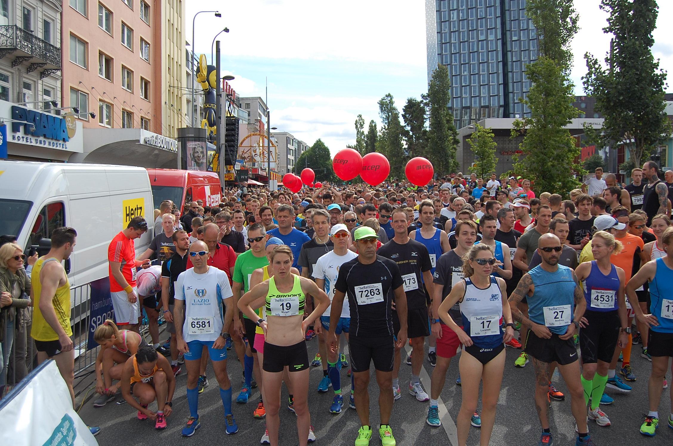 21. hella Halbmarathon: Startaufstellung Läufer