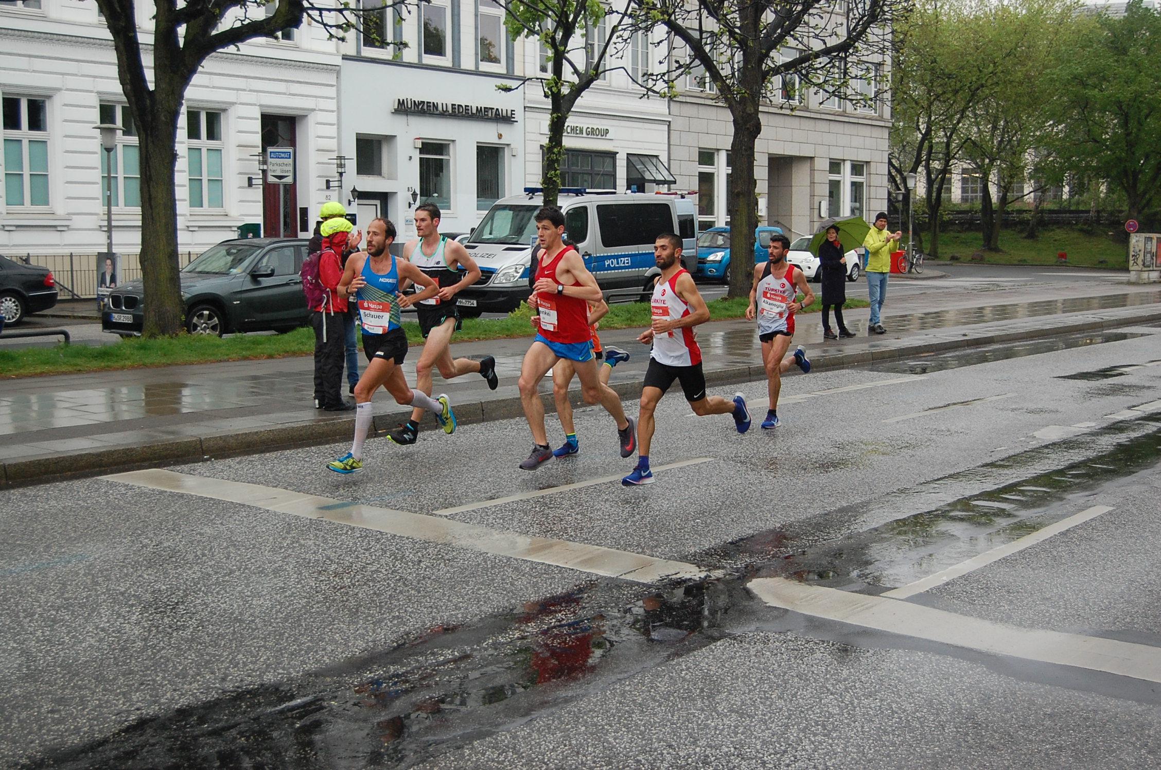 34. Haspa Marathon Hamburg: Hotel Atlantic / km 17 - Spitze bis vor der führenden Frau