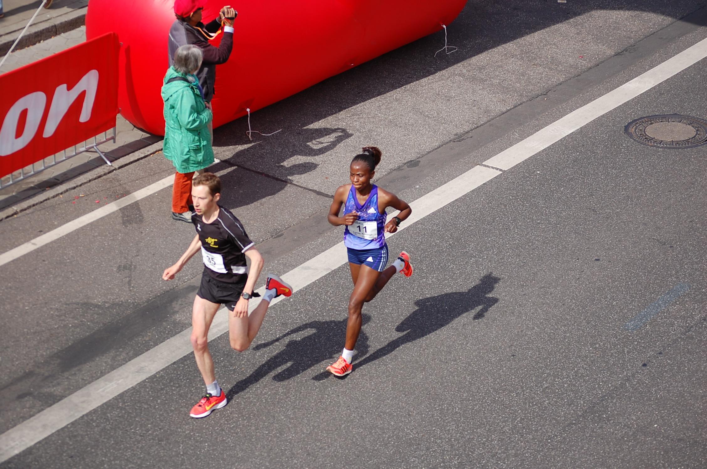 21. hella Halbmarathon: vorderes Feld an den Landungsbrücken zur 2. Runde