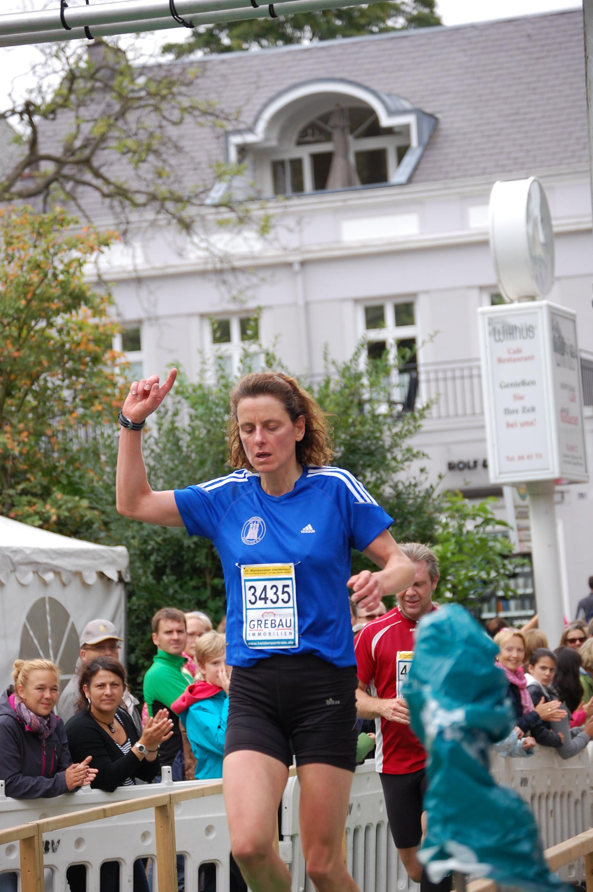 10. Blankeneser Heldenlauf: Siegerin Halbmarathon im Ziel