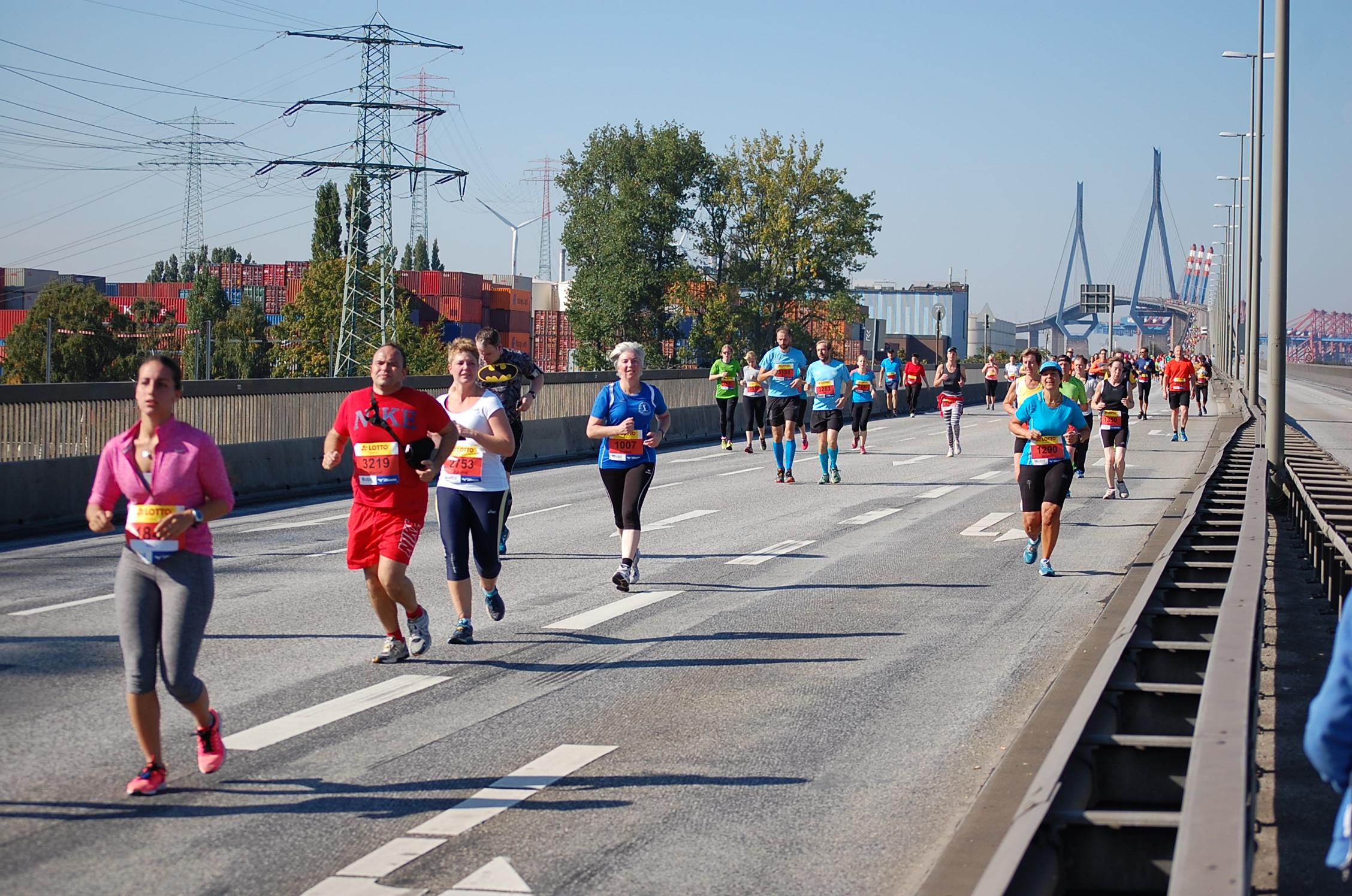 5. Köhlbrandbrückenlauf: Läufer bei km 9,5 (Ende der Brückenrampe)