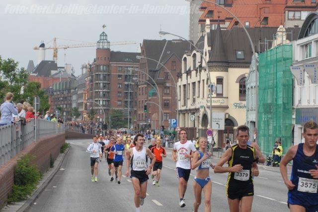 hella Halbmarathon 2007: Die schnellste Hamburgerin und Deutsche, Manuela Sporleder (Hamburger Sportclub, 3. von rechts, in blau). Foto: Gerd Bollig, gerd.bollig@Laufen-in-Hamburg.de